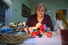 Paní Ivanka Šamšulová se věnuje výrobě kraslic několik desetiletí.