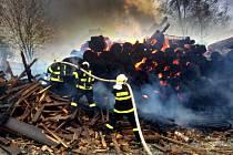 Požár skládky dřeva areálu v Unexu v Brníčku