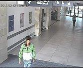 Kamery zachytily vandala, který rozbil obklady v OC Šantovka v Olomouci