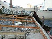 Uvolněné plechy na střechách v kraji.