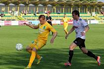 Fotbalisté Holice (v bílo-černém) porazili Sokolov 1:0.