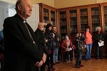 Návštěva arcibiskupského paláce klienty olomoucké charity. Kromě olomouckého arcibiskupa Jana Graubnera se prohlídky zúčastnil také ředitel centra Samaritán Petr Prinz či fotograf Jindřich Štreit.