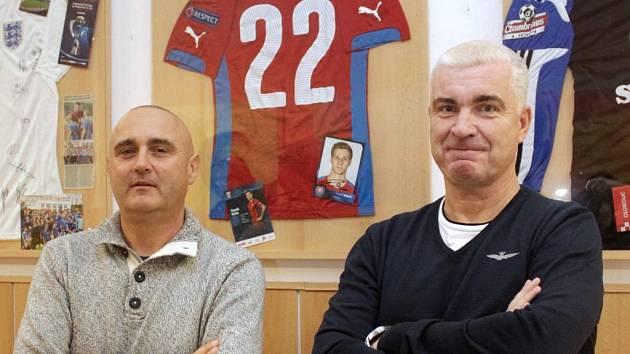Vlevo Pavel Tökoly, šéftrenér žáků SK Sigma Olomouc. Vpravo Oldřich Anděl, ředitel ZŠ Heyrovského