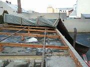 Hasiči musel v Hranicích vyjíždět v neděli i k uvolněným plechům na střeše jednoho z domů na náměstí 8. května.