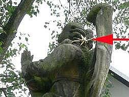 Vandalem poškozený Mariánský sloup ve Šternberku