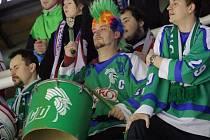 Bubeník Tomáš Všetička v památném zeleném dresu Mory z mistrovské sezony 1993/1994 žene olomoucké Kohouty dopředu
