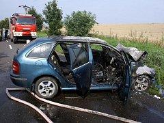 Po střetu na silnici u Dřevohostic začalo ve čtvrtek 4.8. ráno jedno z aut hořet. Požár likvidovali profesionální i dobrovolní hasiči