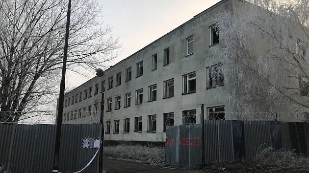 Z olomouckého Tabulového vrchu zmizí bývalá sovětská kasárna. Na pozemcích plánuje rozvoj Fakultní nemocnice Olomouc. Stav v lednu 2019