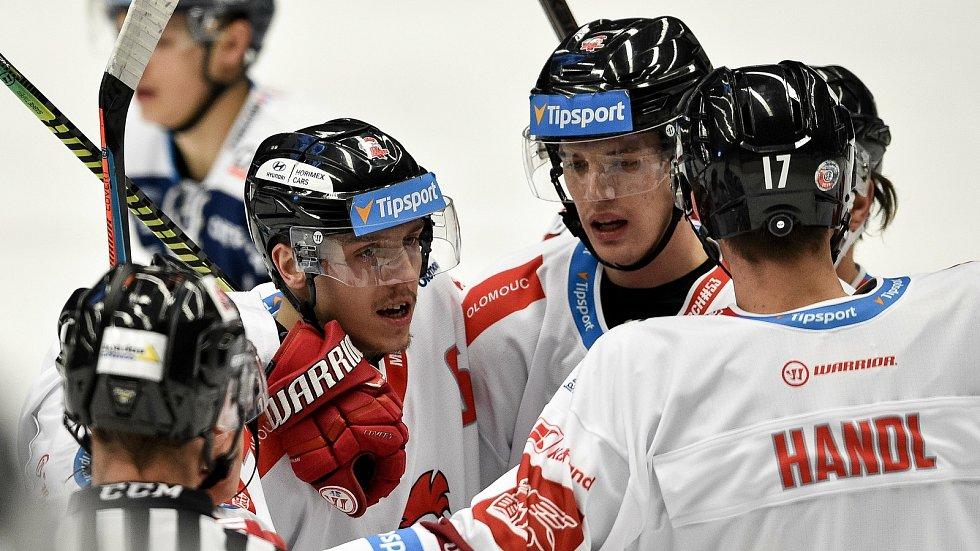 Dohrávka 12. kola hokejové extraligy: HC Vítkovice Ridera - HC Olomouc, 12. ledna 2021 v Ostravě. (vlevo) Tomáš Dujsík z Olomouce.