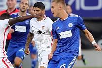 Jakub Plšek (vpravo) v zápase Sigmy se Sevillou