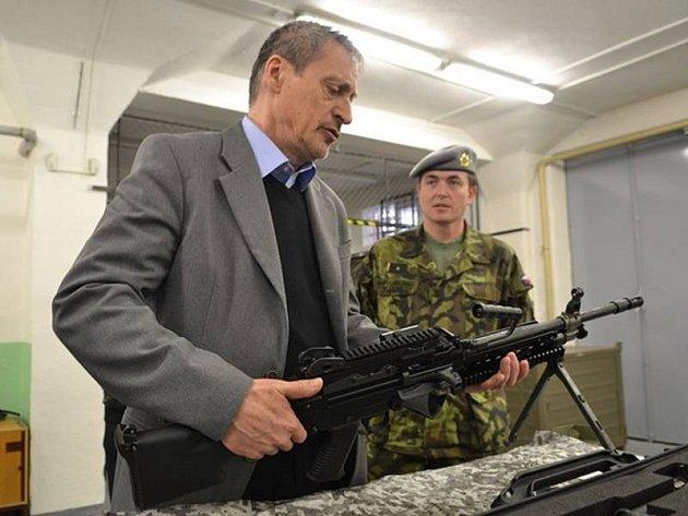 V Centru zabezpečení materiálem a technických služeb ve Štěpánově v pondělí zkontroloval ministr obrany Martin Stropnický vybavení pro záložáky.