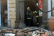 Pád části zdi v ulici 8. května nepřežila žena, která kolem domu procházela