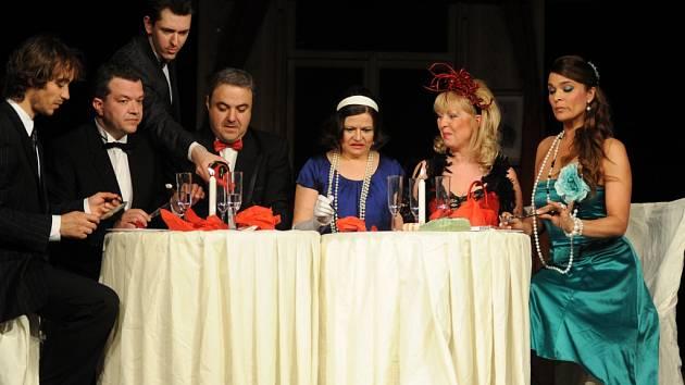 SVĚTÁCI. Divadlo Háta se přijede ukázat s komedií Světáci. Ivana Andrlová (třetí zprava) s kolegy vás bude bavit na prknech Divadla na Šantovce.