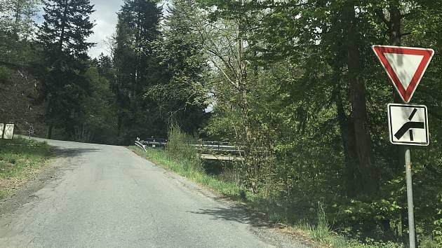 Údolí Trusovického potoka by mělo být hájeno kvůli možnému vybudování přehradní nádrže Bělkovice. Na snímku křižovatka, která by skončila pod hladinou.