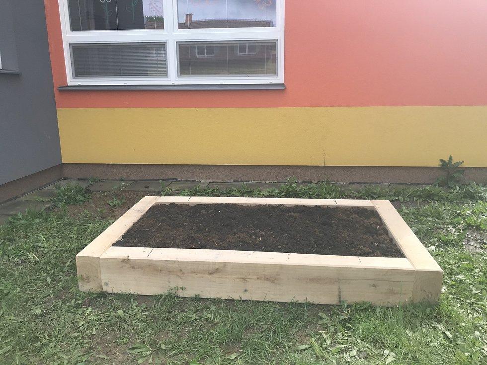 Koronavirové prázdniny využili v blatecké malotřídce k úpravám. Školákům pořídili záhon, kam po návratu do lavic vysejí semena rostlin a v rámci ekologické výuky budou pozorovat hmyz. (14.května 2020)
