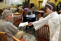 Studenti olomouckého církevního gymnázia mezi seniory chválkovického domova důchodců
