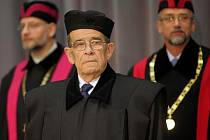 JUDr. Otakaru Motejlovi v Olomouci udělili čestný doktorát