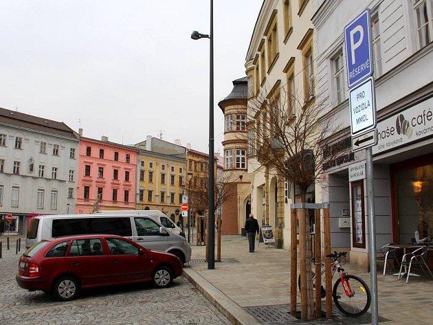 Olomoucký magistrát má na Dolním náměstí vyhrazeno devět míst. Veřejnost jich má k dispozici dvaaatřicet, rezidentni by si jich přáli víc.