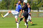 Fotbalisté Uničova (v modrém) proti Orlové