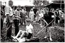 Dětský den v roce 1961 nebo 1962 v Hnojicích, dvoučlenná družstva závodila způsobem, kdy jeden seděl a druhý tlačil vozítko
