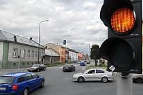 Na olomoucké světelné křižovatce U Pily ve Chvalkovicích se kvůli semaforům doposud tvořily dlouhé kolony aut.