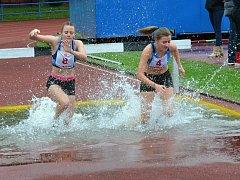 Dívky se v chladném počasí řádně vymáchaly v překážkovém běhu na 2.000 m