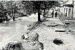 V květnu v roce 1986 se městem prohnala ničivá povodeň. Na fotce je Důlní potok, jehož hladina stoupla o dva až tři metry. Zaplaveny byly ulice Mlýnský vrch, Karla IV. a Havlíčkova (na fotce), kde v domě zůstaly dvě občanky, obě byly zachráněny.