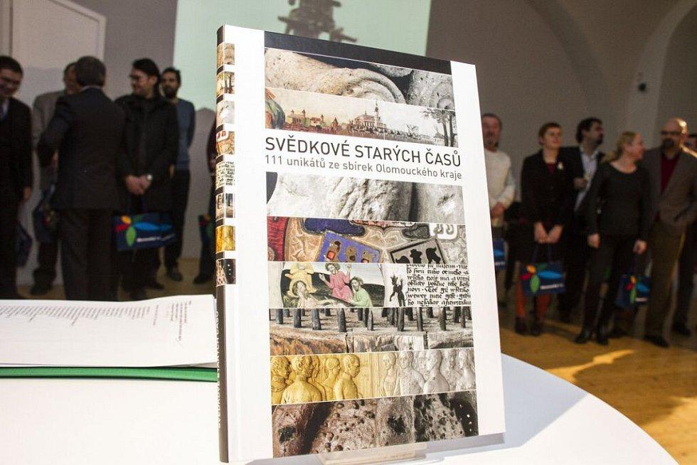 Nová publikace popisuje sto jedenáct unikátních předmětů nebo jejich souborů, které mohou návštěvníci vidět v muzeích Olomouckého kraje.