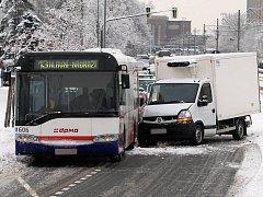 Nehoda dodávky a autobusu na třídě Kosmonautů