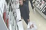 Po muži, který kradl značkové parfémy v jedné z olomouckých drogerií teď pátrají olomoučtí policisté. Obrací se přitom se žádostí o pomoc na širokou veřejnost.
