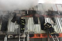 K požáru v areálu pily v Uničově vyrazilo ve čtvrtek pět hasičských jednotek