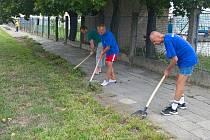 Do čištění chodníků v Olomouci se v roce 2019 zapojili klienti střediska Samaritán, které provozuje olomoucká charita. Ilustrační foto