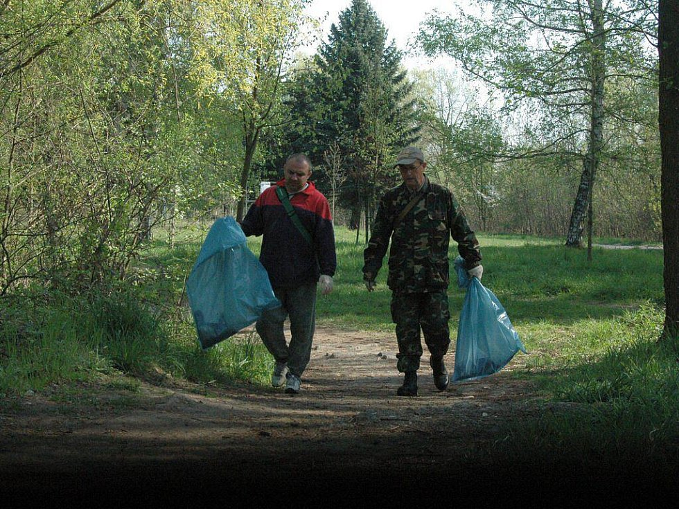 Úklid okolí jezera Poděbrady u Olomouce v podání rybářů