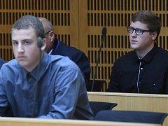Obžalovaní Tomáš Satora (vlevo) a Josef Richard Uhlík (vpravo) u obvodního soudu pro Prahu 10