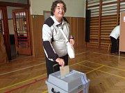 Druhé kolo senátních voleb. První voličkou, která vhodila lístek do hlasovací urny v sokolovně v Litovli byla Růžena Skřepská