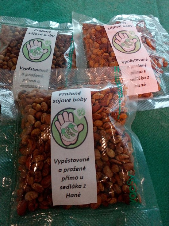 """Sójové boby vypěstované na Hané zemědělec Roman Koutek praží a vyrábí z nich slané sojové """"oříšky""""."""