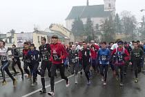 Zimní běh přes Kosíř -  start závodu, s č. 4 vítěz závodu Steiner z Brna