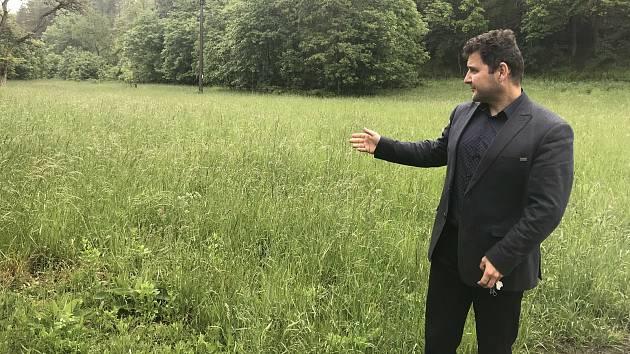 V Bělkovicích-Laštěnech, obcí pod státem zamýšlenou přehradní nádrží, plánují mokřady a rybníky. Na snímku starosta obce Tomáš Němčic ukazuje lokalitu, kde by obec ráda obnovila dva rybníky.