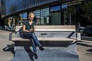 Tzv. chytrá lavička s wi-fi a dobíjením v Praze