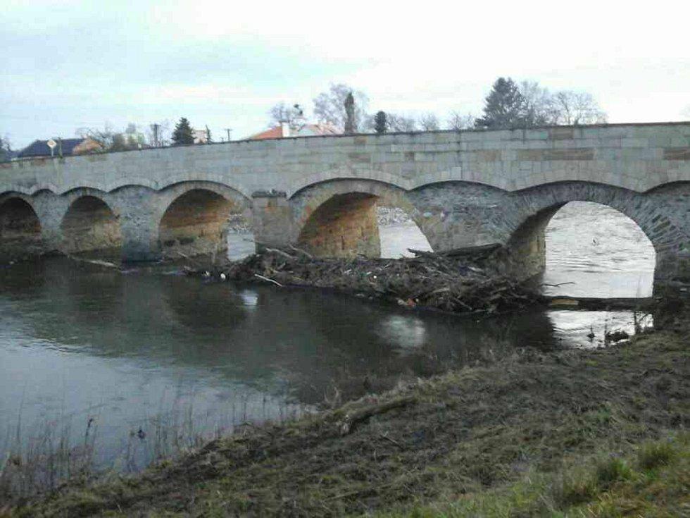 Naplaveniny u mostu ve Vítězné ulici v Litovli. 10. února 2020