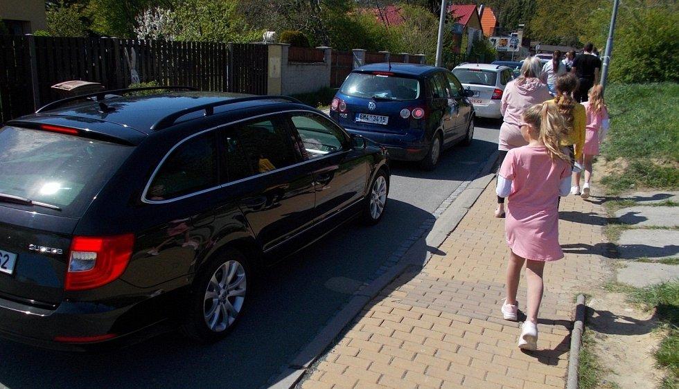 Fronta aut před parkovištěm u olomoucké zoo na Sv. Kopečku, 9. května 2021