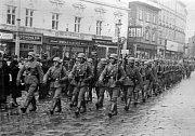 Wehrmacht pochoduje po olomouckém Horní náměstí 15.3. 1939 (za protektorátu náměstí Adola Hitlera)