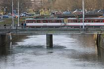 Mosty přes Moravu v Masarykově třídě (v popředí) a Komenského ulici v Olomouci. Tento pohled bude za pár měsíců patřit minulosti.