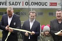V areálu na Nových Sadech slavnostně otevřeli nové zázemí pro regionální fotbalovou akademii. Uprostřed Karel Poborský, vpravo předseda FK Nové Sady Josef Ondroušek