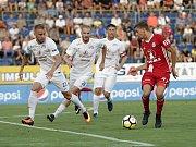 Olomoučtí fotbalisté (v červeném) remizovali se Slováckem 0:0Jiří Texl (vpravo)