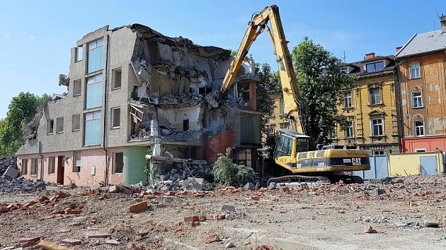 Bourání zbytků Sochorových kasáren u historického centra Olomouce