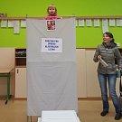 Volební místnost v ZŠ na třídě Spojenců v Olomouci přilákala i malé zvědavce.Foto: