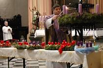 Farář František Hanáček zapaluje první adventní svíci v kostele sv. Mořice v Olomouci