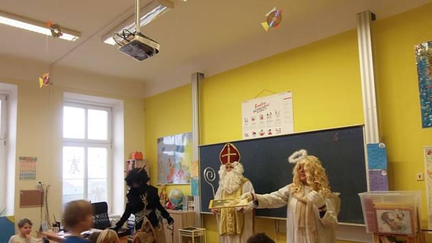V Bystročicích jako Mikuláš, anděl a čert každoročně nadělují zástupci vedení obce v čele se starostkou Martou Turečkovou - na snímku z loňské nadílky v roli anděla.