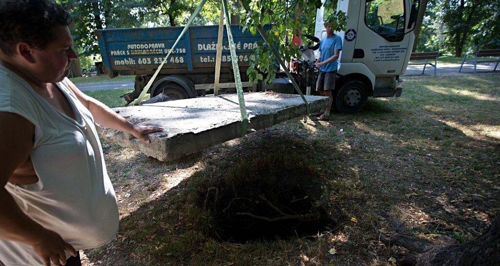 Nešťastnou díru ve Smetanových sadech v Olomouci překryl betonový panel